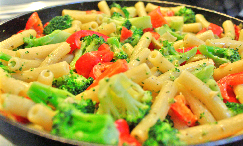 Pasta corta con brócoli y pimientos