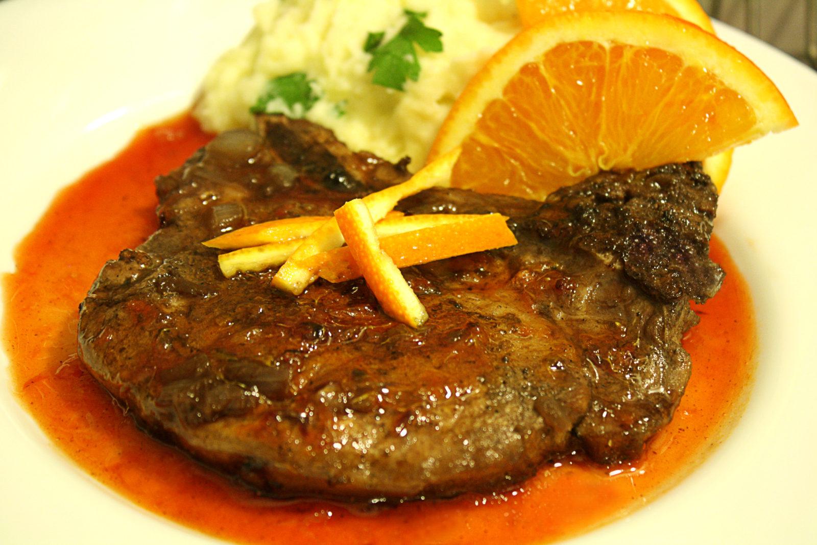 Chuletas de cerdo en salsa de naranja y ensalada de espinacas, rúcula y manzanas