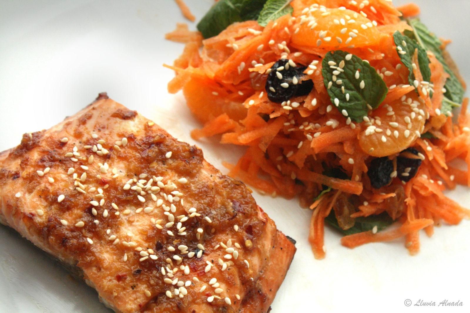 Filetes de salmón al horno con ensalada de zanahoria estilo marroquí