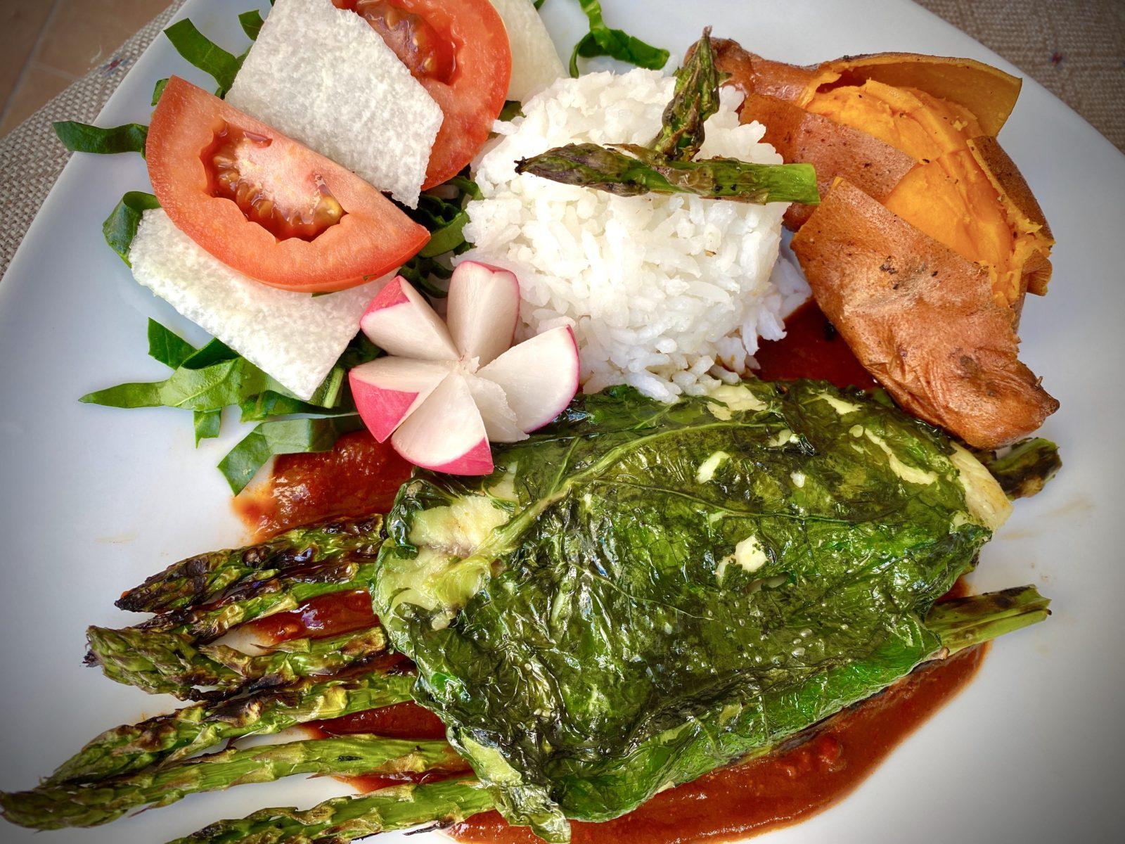 Filete de pescado en hoja santa con salsa de chile pasilla